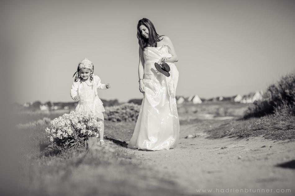 noir-et-blanc-maman-fille-plage