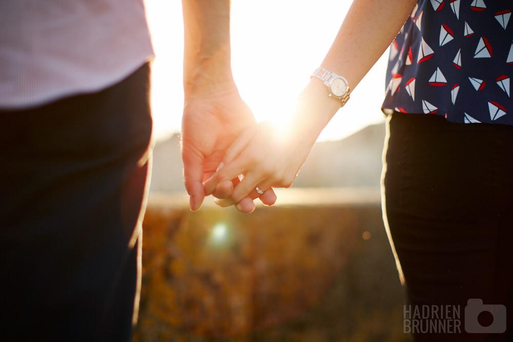 photographe-mariage-couple-mains-contre-jour-angers