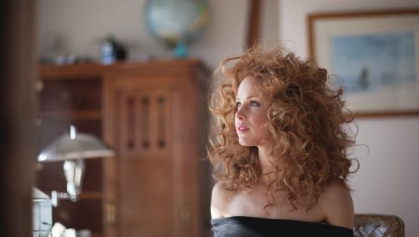 photographe-mode-femme-rousse-lumiere-naturelle